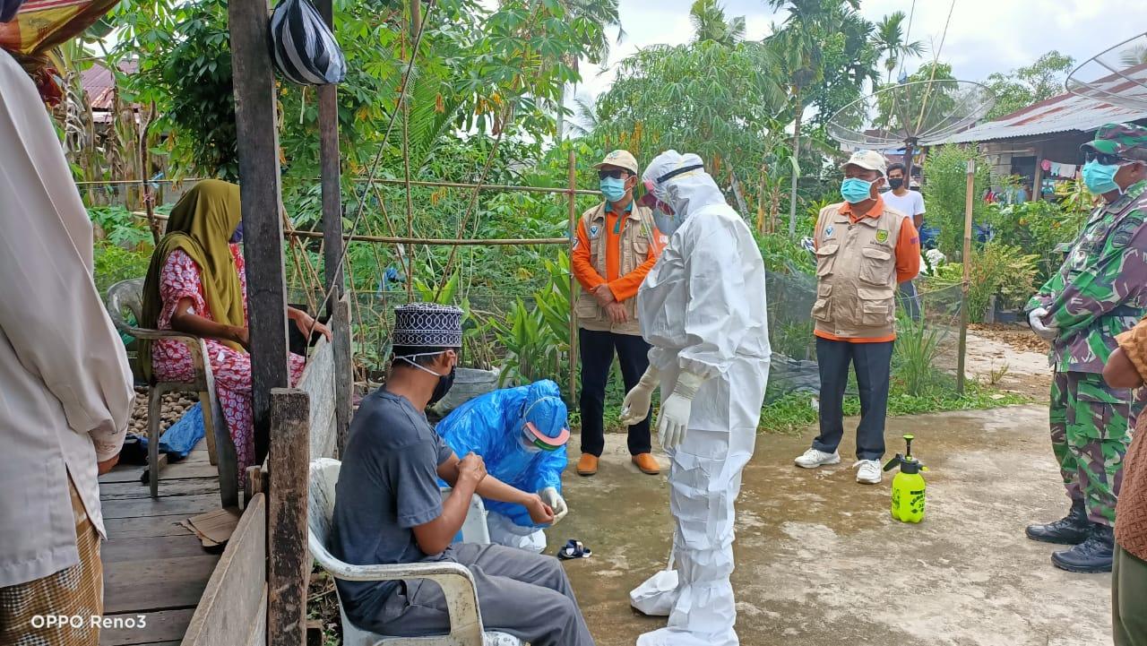 Kadinkes Turun Bersama Tim Surveilans Epidemiologi Melakukan Rapid Tes di Seberang Sanglar